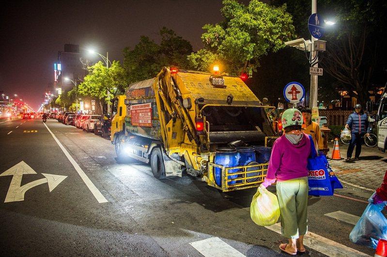 嘉市垃圾車清運本月每周一、四,可能延遲10到20分,每周二、五、六可正常時間收運。記者卜敏正/翻攝