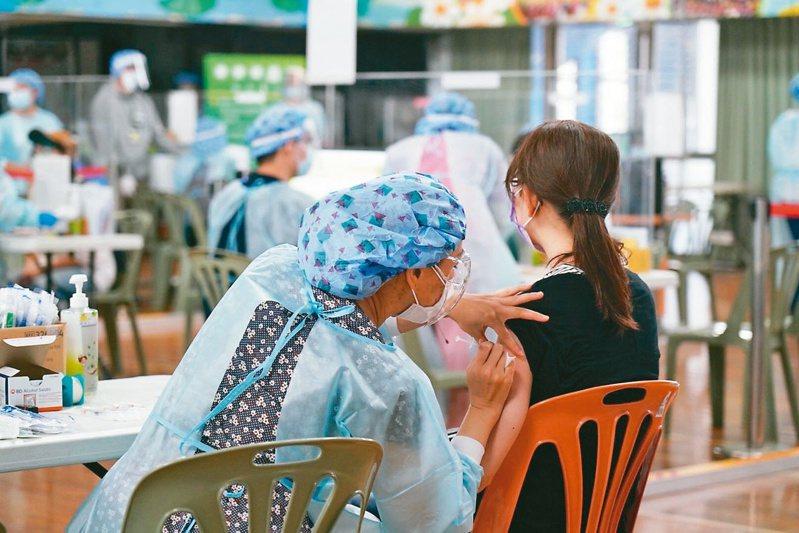 醫界指出,國內接種新冠疫苗順序的類別分得太細,加上政府不斷「滾動檢討」,耽誤不少時間。圖/台北市教育局提供