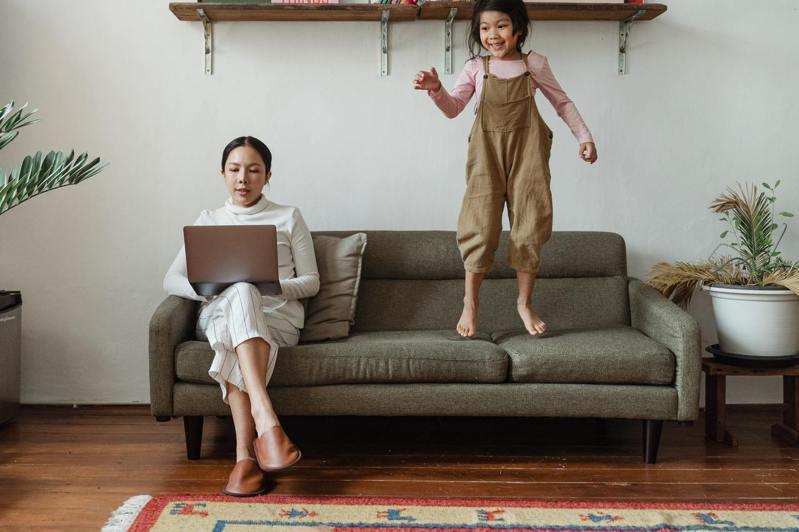 長時間共處之下會容易放大孩子的缺點,提醒家長要適時釋放情緒、調理心情。圖/Pexels(攝影師Ketut Subiyanto)