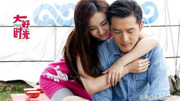 胡歌(右)傳和同拍「大好時光」的女星王曉晨結婚。圖/摘自微博