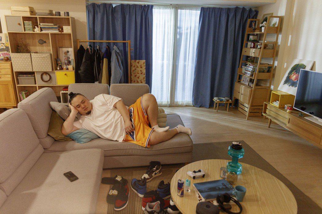 大淵在MV裡將自己在家躺著防疫的樣子無保留的表現出來。圖/本色提供