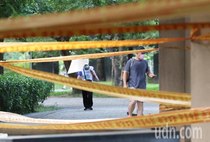 中央疫情指揮中心再延長三級警戒至7月26日,但也宣布許多微解封的鬆綁措施。記者潘俊宏/攝影