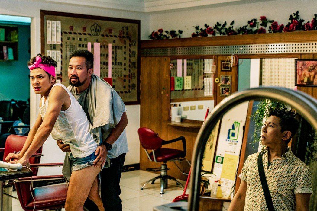蘇達(左)在「親親壞姊妹」被黃健瑋(中)調戲,被郭蘅祈(右)撞見。圖/杰德創意影...