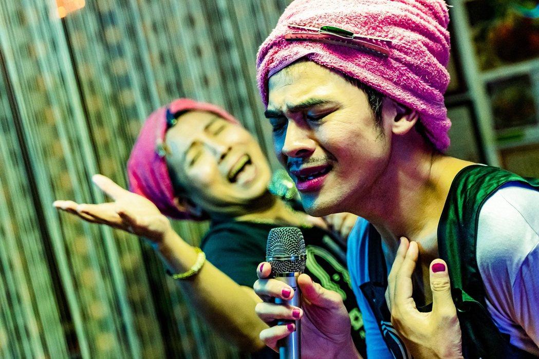蘇達(右)和郭蘅祈(左)飾演同志好姊妹。圖/杰德創意影音提供