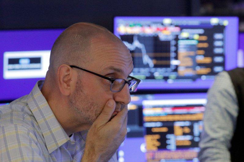 全球股市8日同步走低,變種新冠病毒可能阻礙經濟復甦的疑慮加深。路透