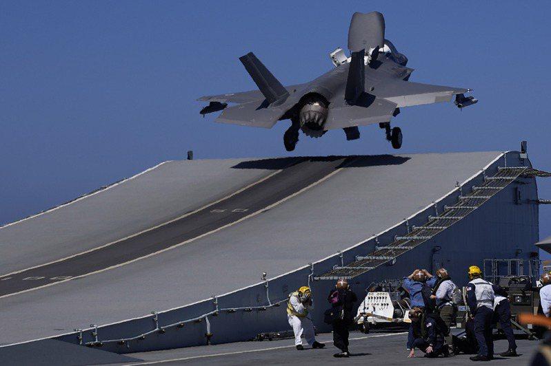 英國航艦伊麗莎白女王號正前往亞洲,據悉艦上全部搭載了F-35戰機。 美聯社