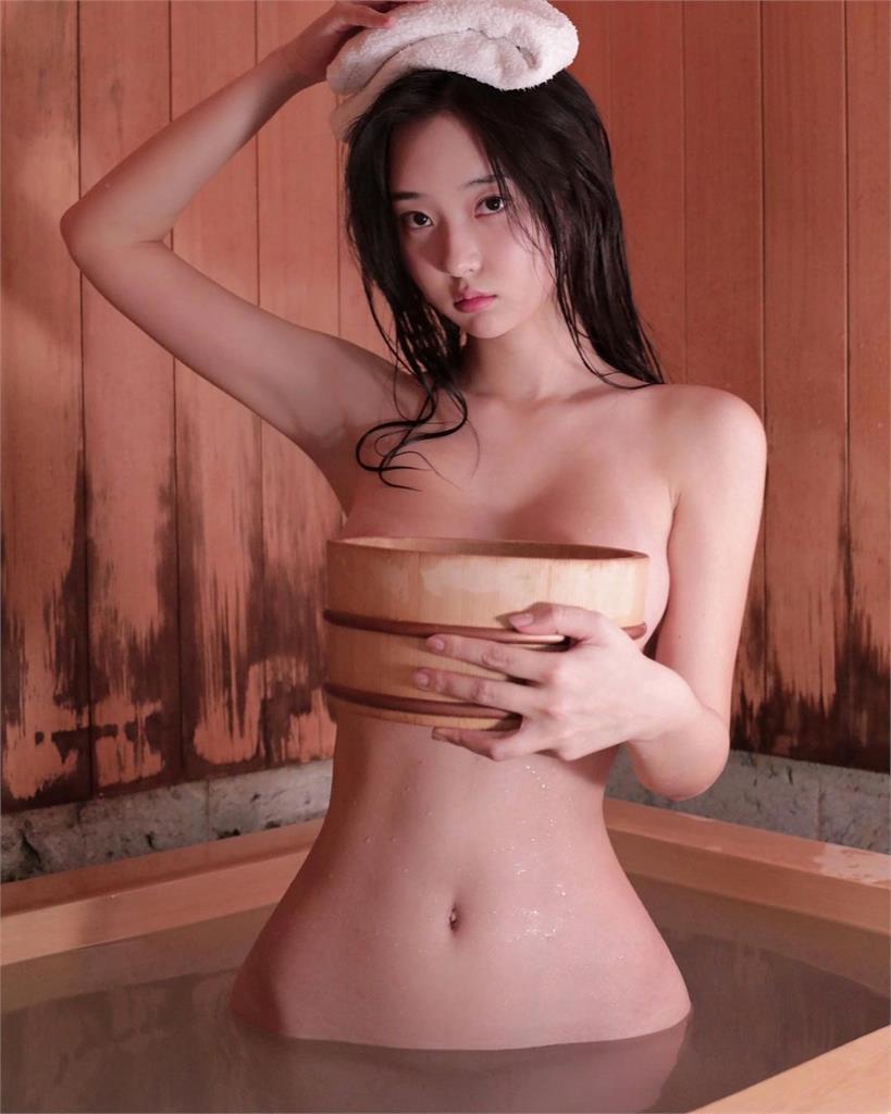 申才恩集美貌、身材於一身,木桶出浴照讓人看了直噴鼻血。圖/摘自IG