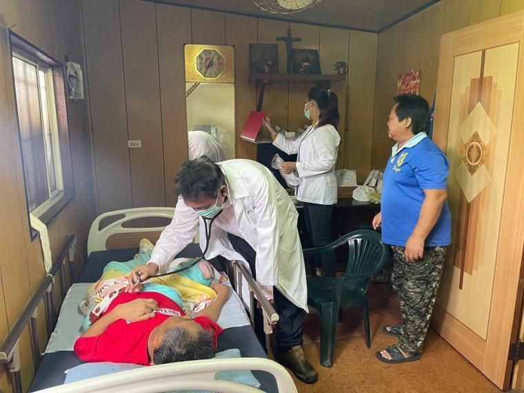 偏鄉醫療匱乏,人力短缺,徐超斌常超時工作,進入部落看診。圖 /徐超斌提供