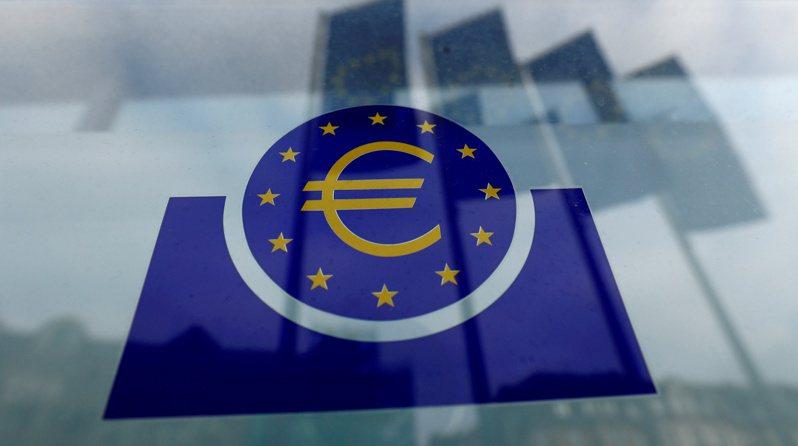 歐洲央行(ECB)8日決定改變決策架構,將通膨目標由原來的「低於,但接近2%(below, but close to, 2%)」,改為「對稱性的2%」,顯然是要維持寬鬆貨幣政策更久。  路透