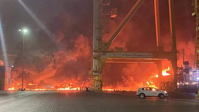 杜拜主要港口傑貝阿里港(JebelAli Port)7日深夜發生大爆炸。圖/翻攝自Disclose.tv