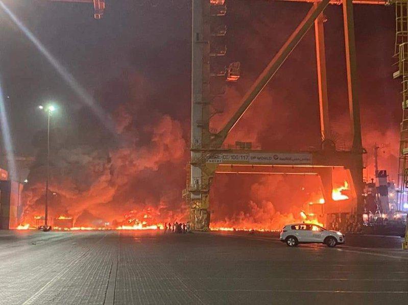 中東唯一深水港、世界第十一大貨櫃吞吐港的阿聯酋杜拜主要港口傑貝阿里港周三深夜發生大爆炸,一度讓業界擔心,全球海運市場缺船、缺櫃的蝴蝶效應擴大。圖/翻攝自Disclose.tv
