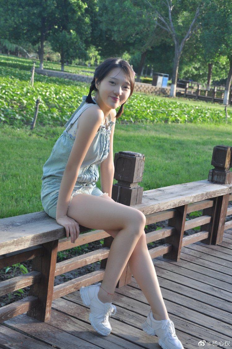 16歲楊心儀展現青春正盛。圖/摘自微博