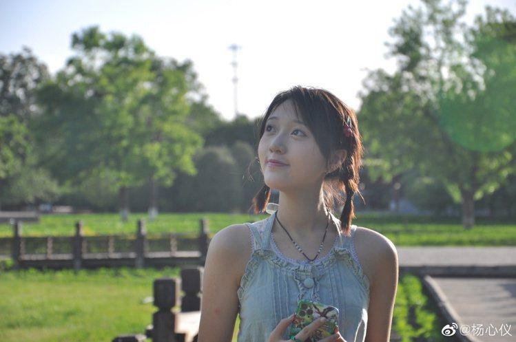楊心儀的甜美笑容迷倒網友。圖/摘自微博