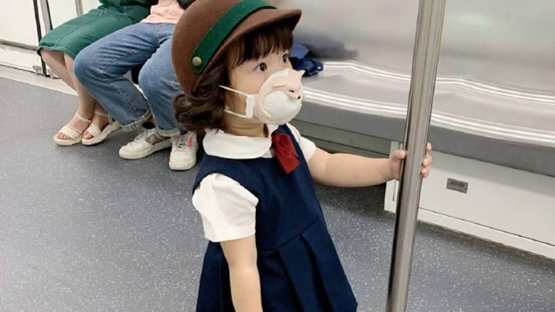 網友上傳女童照片,讚美「日本女娃讓座美德」,不料是造謠。(微博)