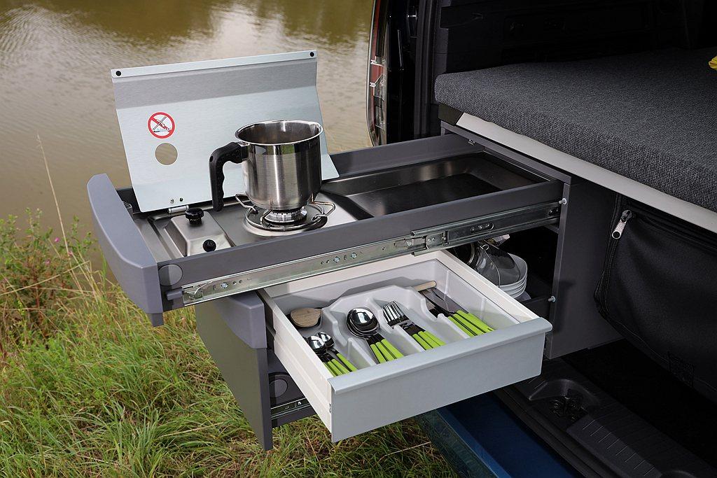 收納式簡易烹飪套件,透過抽屜式結構設計放置於車尾行李廂空間,只要拉出後即能變身為...