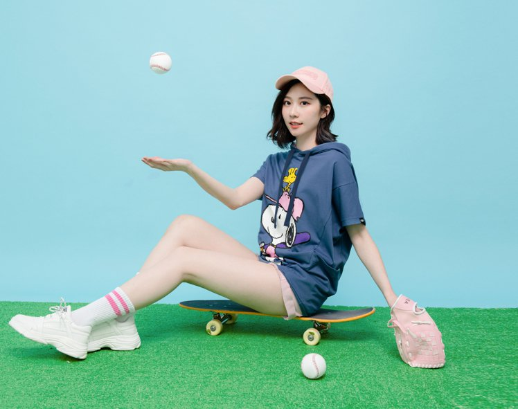 女星張景嵐受邀演繹ROCKCOCO X PEANUTS《好好史努比》系列,裝可愛...