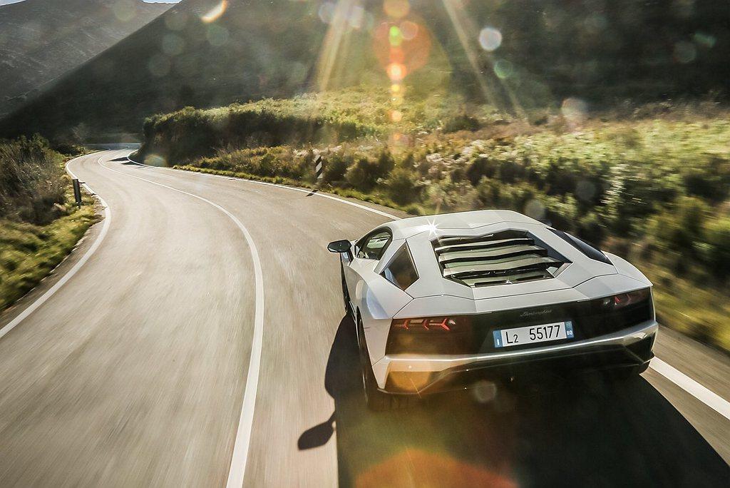 伴隨全新Aventador S問世,Lamborghini V12旗艦量產車型的...