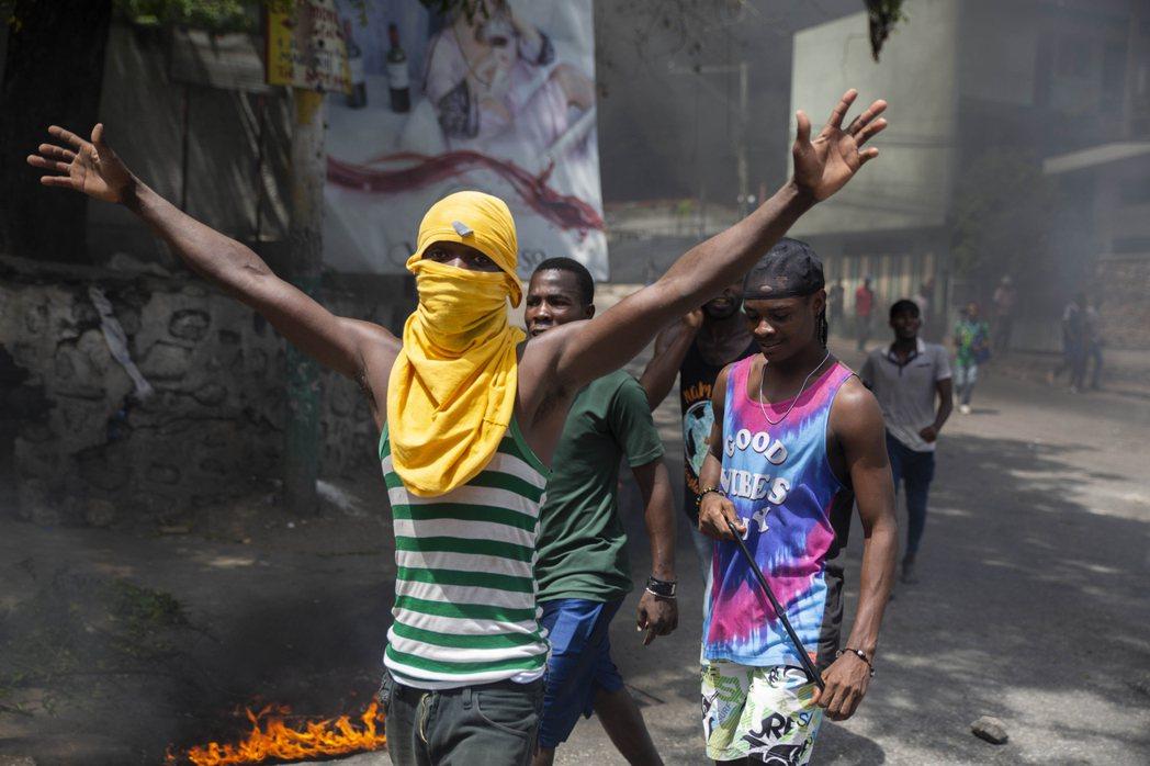 圖為上街抗議總統被刺殺的示威者。 圖/美聯社