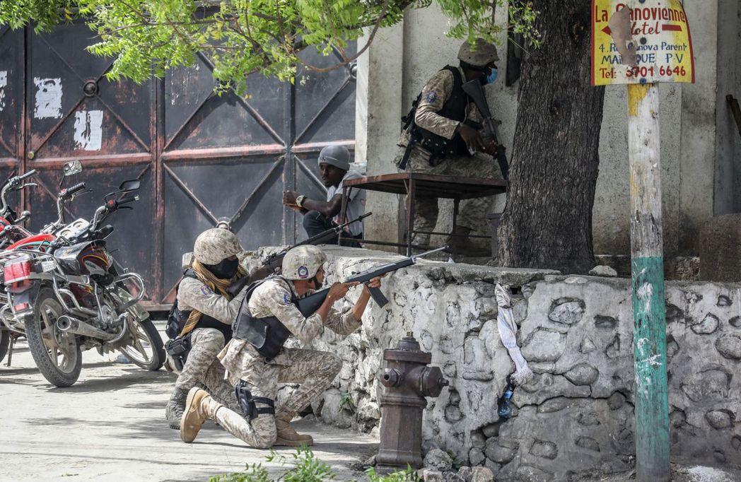 圖為正與槍手激烈交戰的海地警察。 圖/法新社