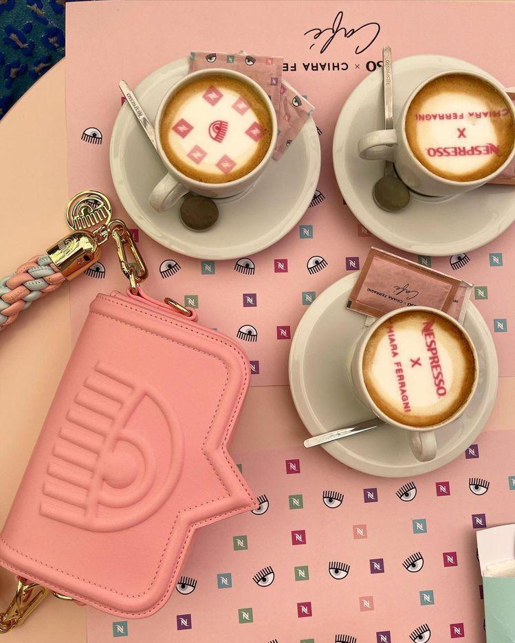 Nespresso x Chiara Ferragni系列以Chiara的標誌眨...