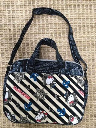 選用有Kitty圖案布面縫製的包包,相當可愛討喜。 圖/李艷芬提供