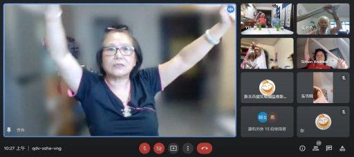 新北市愛笑瑜伽協會透過網路視訊,讓長輩在網路聊天、運動。 圖/王淑芳提供
