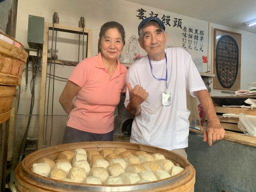 婁記饅頭店老闆婁和生(右)與聶宜淑(左)夫妻,帶著孩子一起遊歷了22個國家,營造...