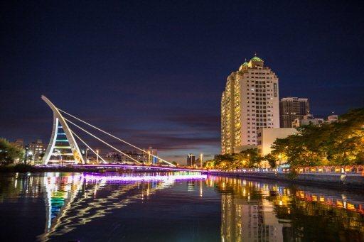 台南市安平獲選觀光局今年的經典小鎮,搭船夜遊運河是新玩法。 圖/台南市觀旅局提供