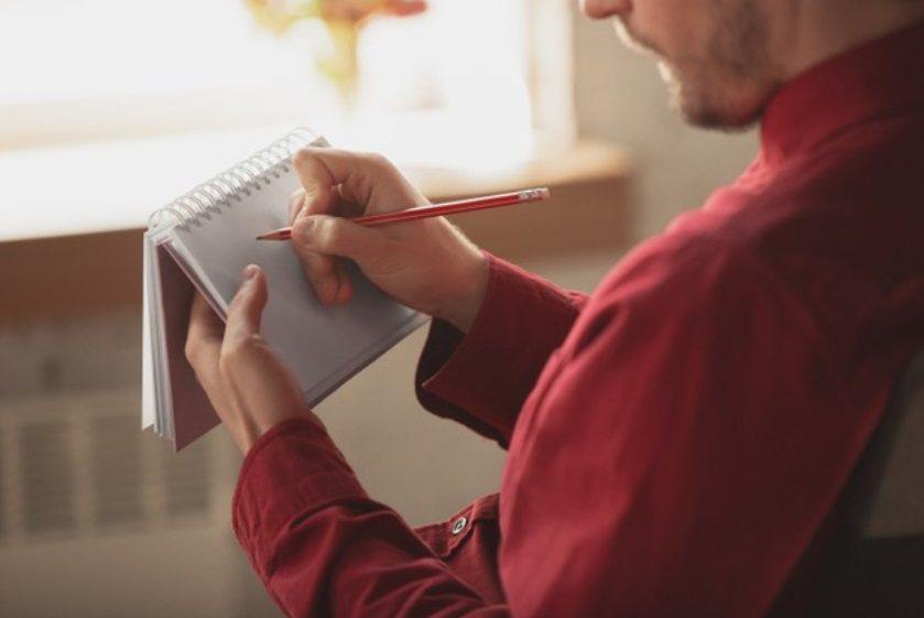 每天睡覺前,寫下隔日整天需要做和想做的事項;建議主項目不要超過三個。 圖/fre...