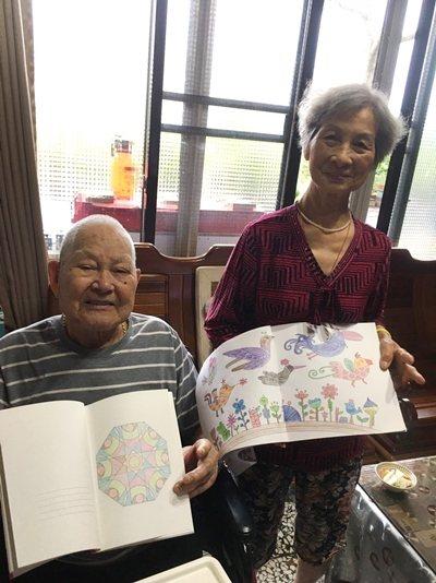 宜蘭87歲吳阿公與太太,居家當同窗同學一起開心寫作業。 圖/弘道基金會提供