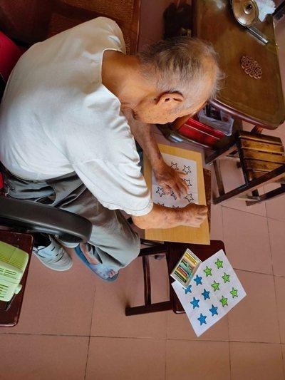 為警察退休的失智阿公,客製化象徵星星階級的彩繪,回憶中也動手動腦做美術作業。 圖...