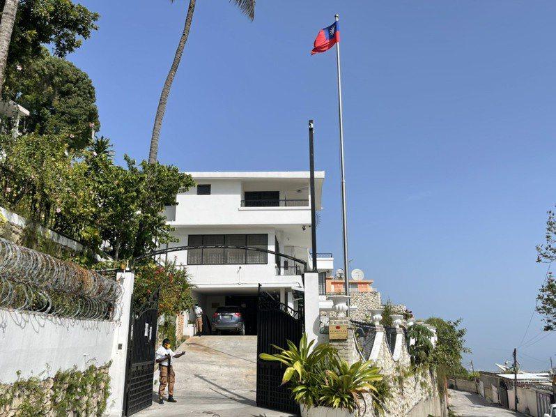 我駐海地大使館遭疑似暗殺總統摩依士的武裝分子闖入,事件發生後使館加強安全維護,保全在門口戒備,氣氛森嚴。圖/讀者提供
