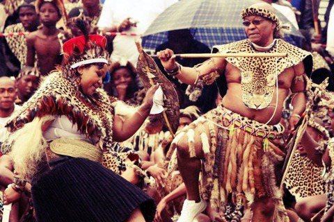 南非總統祖馬的婚禮。祖魯人出身的祖馬,雖然同時信奉基督教,但仍依照其傳統實行一夫...