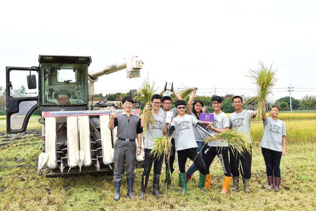 農場實務操作與經營管理融入正規課程,注重學生做中學、學中做,畢業前即累積農務經驗...