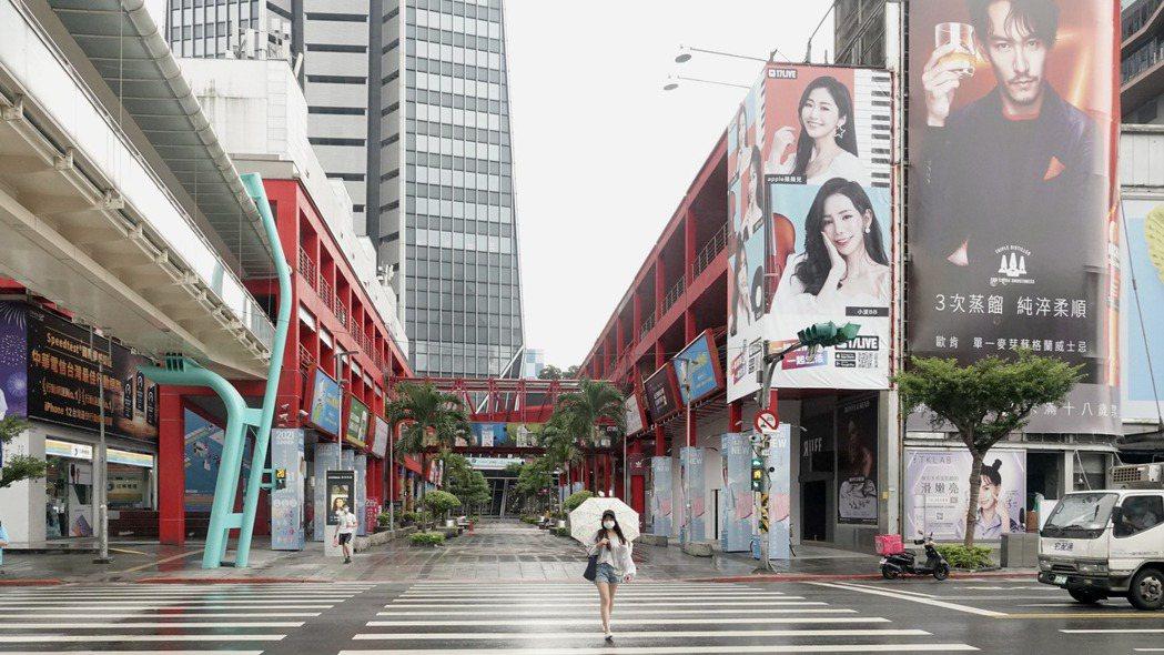 疫情三級警戒持續,一般民眾減少非必要出門,台北市信義商圈顯得人潮稀少、冷清。 記...