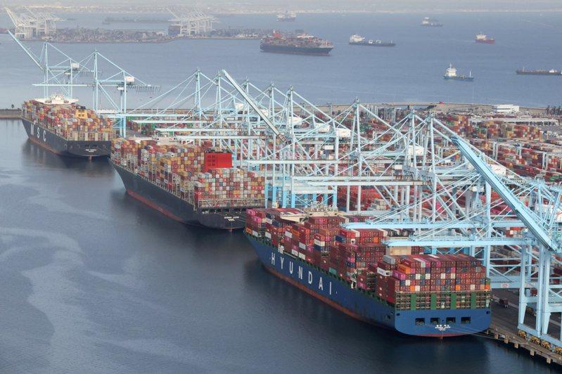 停靠美國長堤港的貨輪正在卸載貨櫃。路透