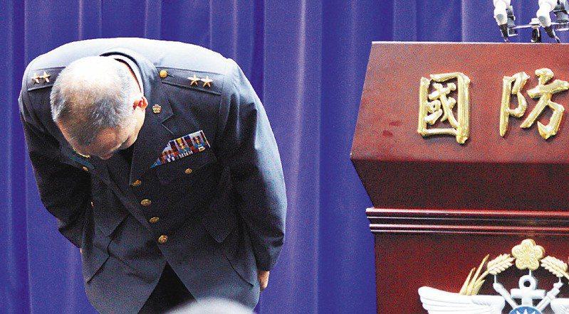 2013年7月9日,陸軍司令部副司令吳有明中將在國防部記者會,說明陸軍洪仲丘下士命案的行政調查,並鞠躬道歉。圖/聯合報系資料照片