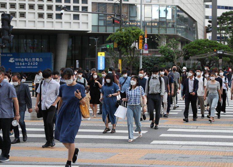 南韓政府今日決定,從12日起將首都圈防疫響應級別上調至最高級別第四級,為期兩周。...