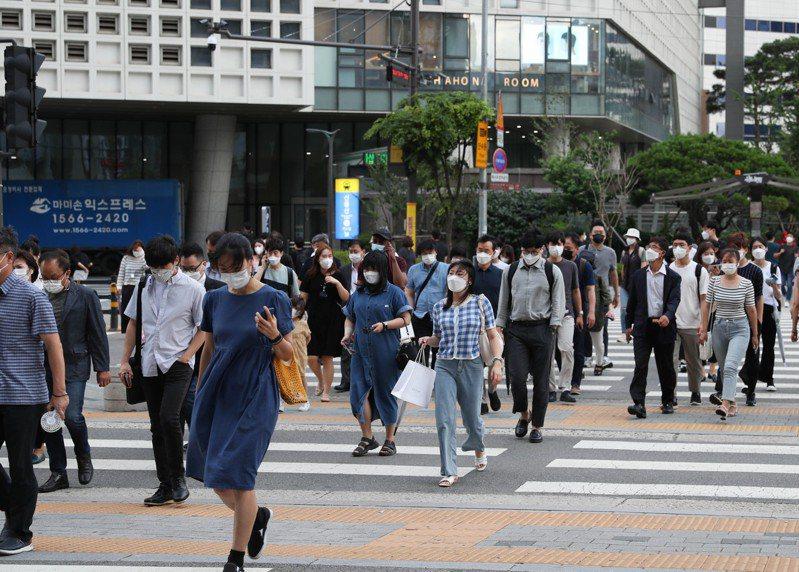 南韓政府今日決定,從12日起將首都圈防疫響應級別上調至最高級別第四級,為期兩周。新華社