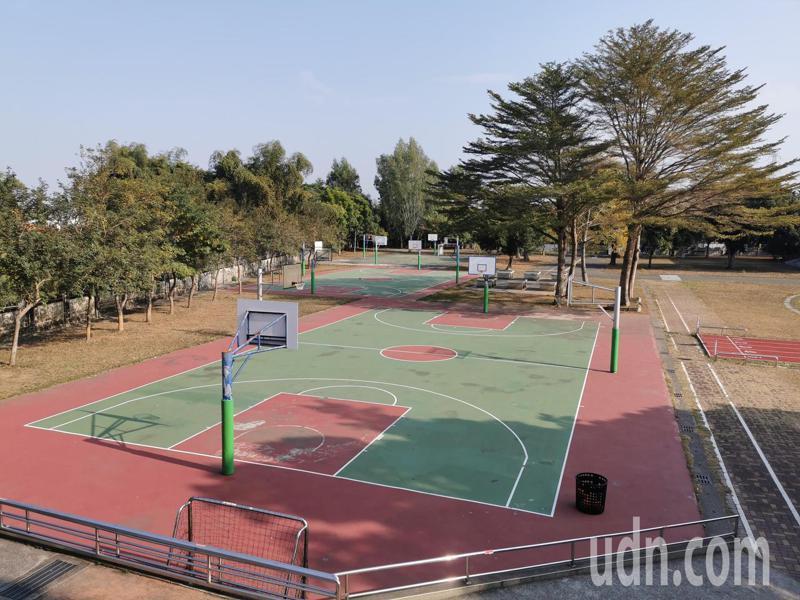 嘉義市校園操場13日起,開放部分時段可入場運動,但籃球、網球場仍禁止使用。記者卜敏正/攝影
