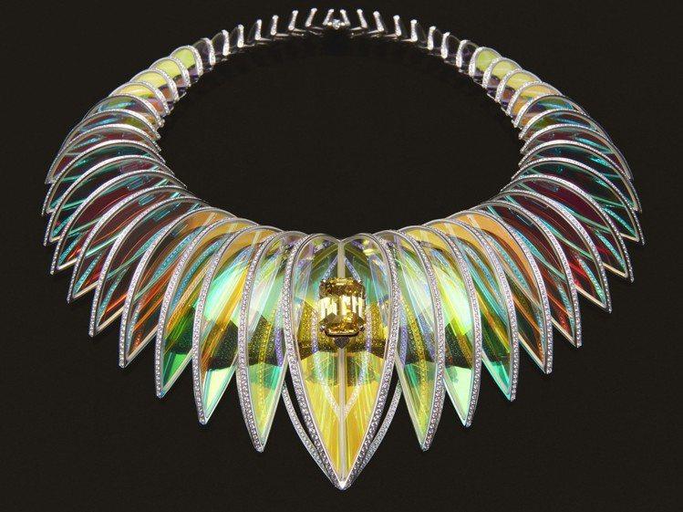 刀片型水晶打造的Holographique主題項鍊,不僅光影效果奇佳,配戴服貼度...