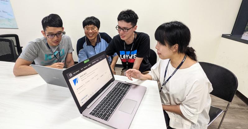 華碩與台大資工系特聘教授林智仁、電機系教授王鈺強兩位顧問合作,指導華碩AI研發中心(AICS)工程師與博士生發表七篇論文 ,皆獲國際頂尖學術會議提前接受。 圖/華碩提供