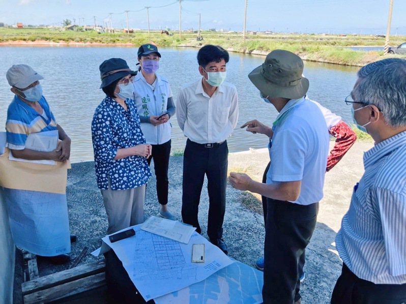 立委蘇治芬(左二)會同農田水利署長蔡昇甫(左四)到台西沿海現勘,並允諾清查沈於水中的舊水路。記者蔡維斌/攝影