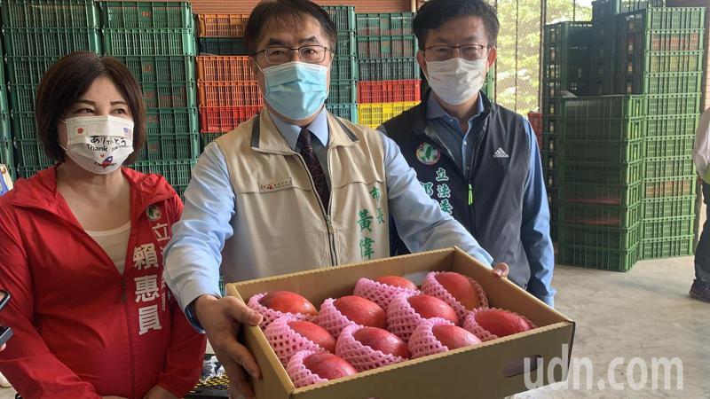 台南市長黃偉哲(中)表示,微解封夜市可內用,但也要遵守防疫規範。記者吳淑玲/攝影
