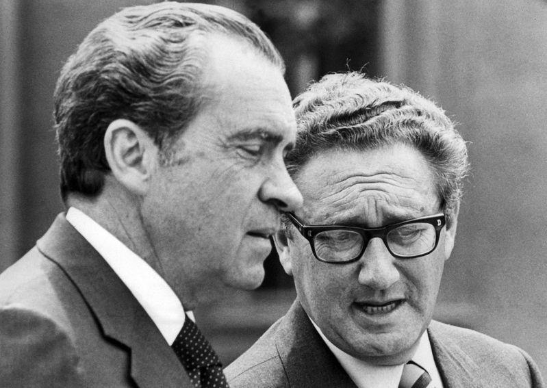 季辛吉(右)1971年7月9日祕密訪中,促成隔年時任美國總統的尼克森(左)訪中,確立當時美國「聯中制蘇」的大方向。法新社