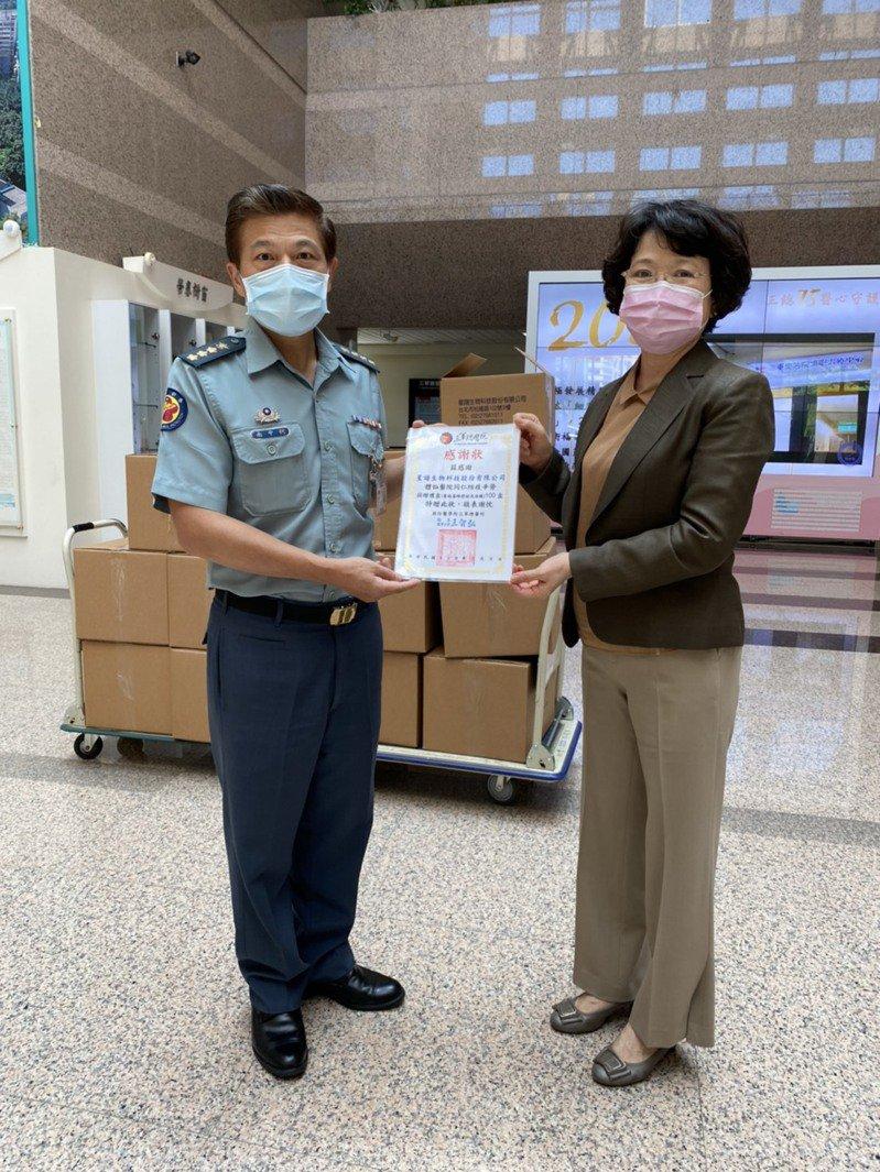 左為三軍總醫院院本部上校政戰主任何中南,右為星譜生技總經理謝秀雲。星譜生技/提供。