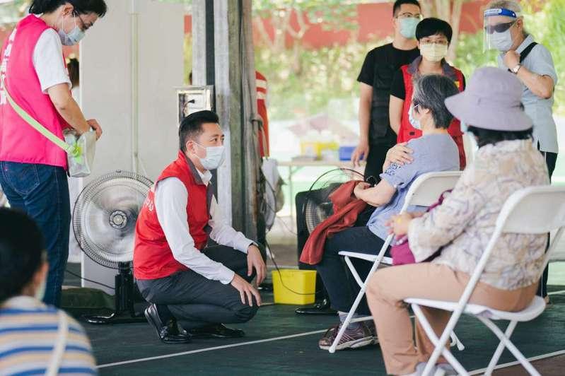 新竹市今天安排68歲長者4319人接種疫苗,市長林智堅到場關心。圖/新竹市政府提供