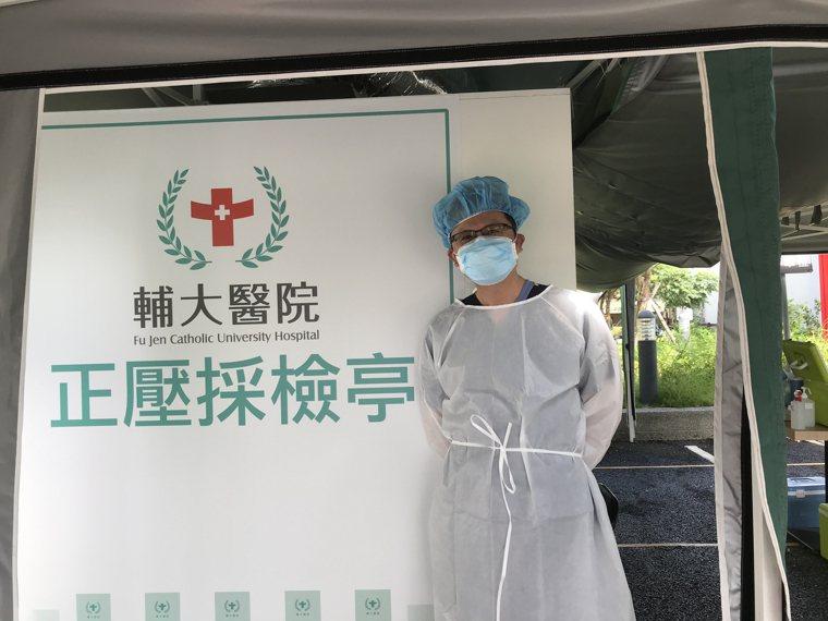 張君威醫師支援快篩站採檢工作。 圖/張君威提供