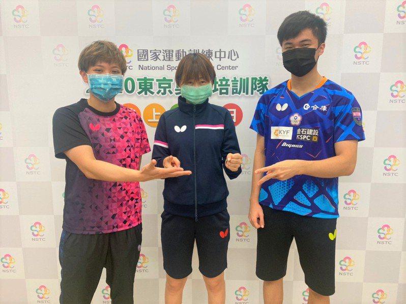 中華桌球代表隊混雙組合鄭怡靜(左)、林昀儒(右)和教練鄭佳奇(中)合照。圖/國訓中心提供