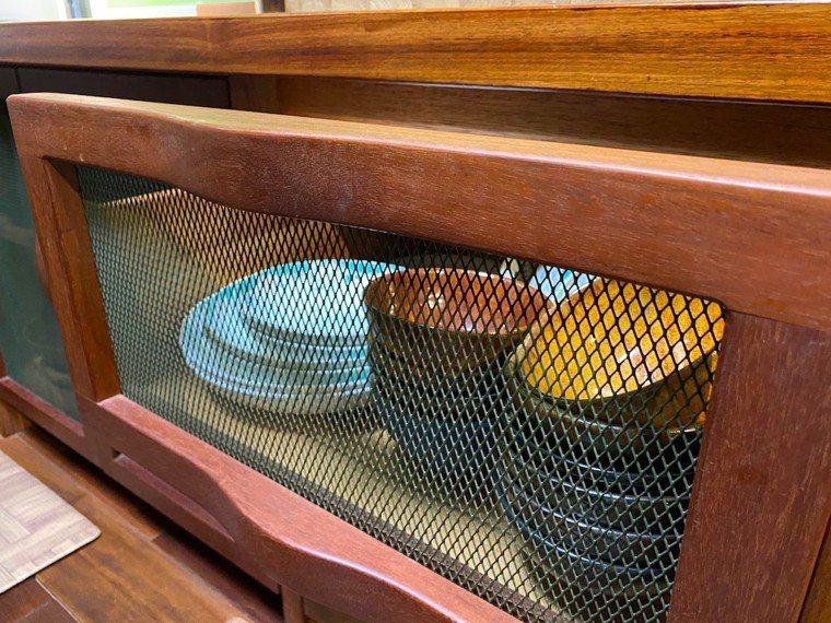仿古紗窗搭配原木抽屜,通透開放,物件一目了然,同時保持通風透氣。圖/朱慧芳提供